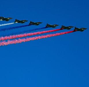 La bandera de Rusia tiñe el cielo de la capital al final del Desfile de la Victoria de 2018.