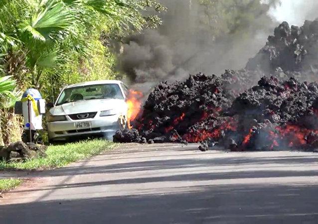 La lava del volcán hawaiano Kilauea hace arder y devora un Ford Mustang aparcado en una carretera