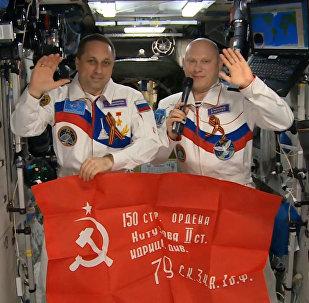 Los cosmonautas rusos felicitan a sus compatriotas con motivo del Día de la Victoria