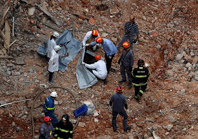 Los espacialistas trabajan en el lugar del derrumbre de un edificio en Sao Paulo