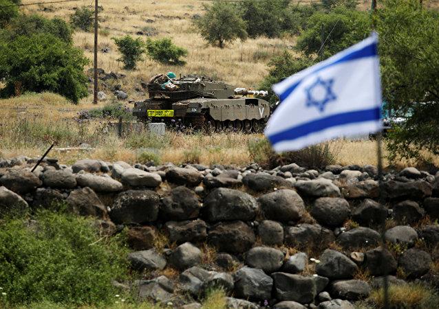Un tanque y la bandera de Israel