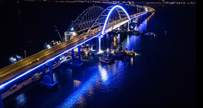 Inaugura Putin un puente con Crimea
