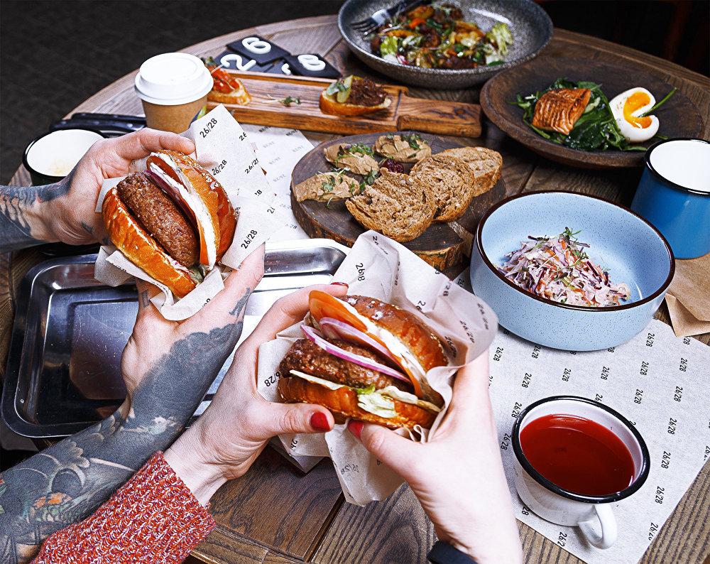 Hamburguesas en el restaurante 26/28 Grill