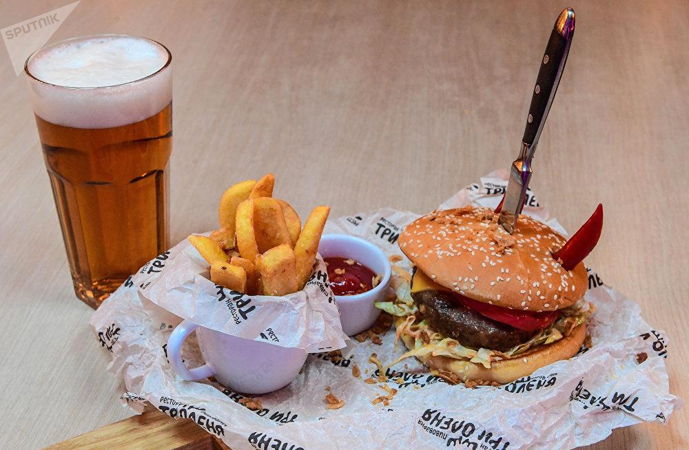 Hamburguesa, especialidad de la casa del restaurante Tres ciervos