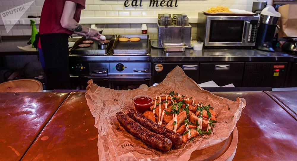 Salchichas fritas y patatas fritas en BURGERPALICH