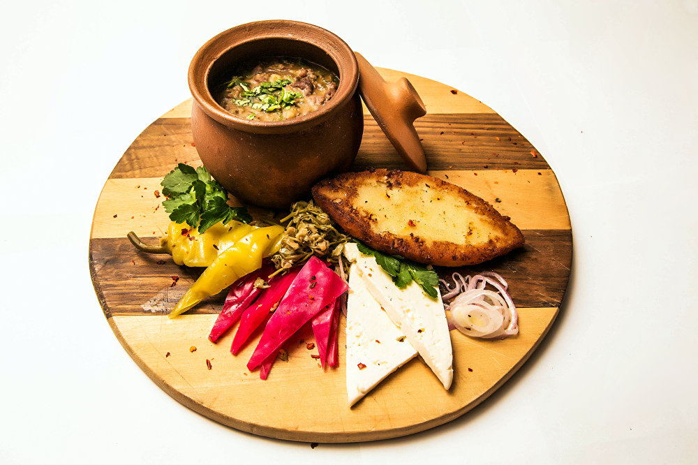 Lobio deluxe, un plato tradicional georgiano, en el restaurante Jmeli Suneli