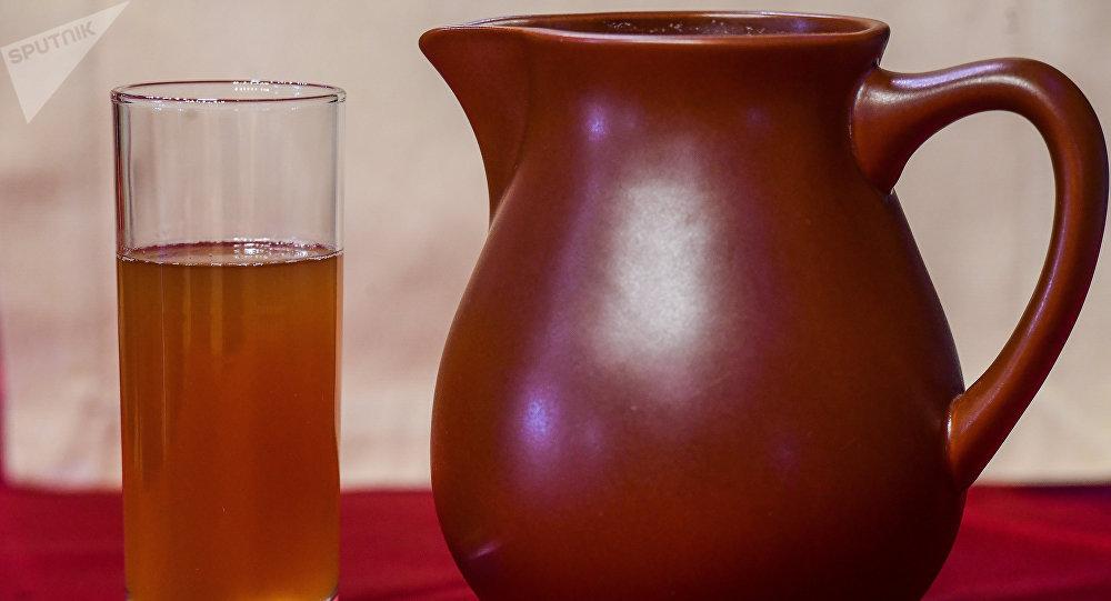 Poza, una bebida con poco alcohol, llamada a veces kvas mordovino