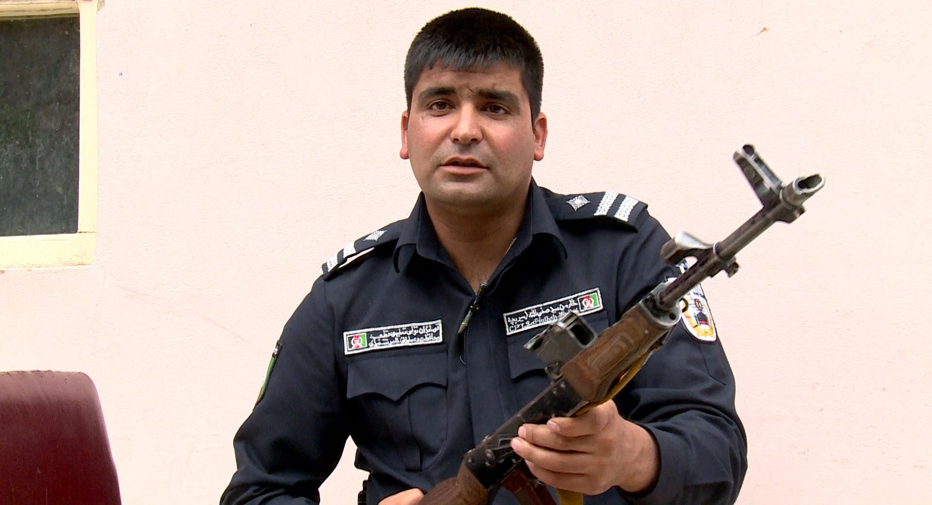 La mayoría de los policias afganos sigue prefiriendo los fusiles Kalashnikov frente a armas estadounidenses por su alta fiabilidad
