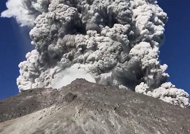Espectacular erupción de un volcán en Indonesia