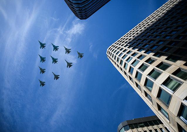 Los aviones rusos Su-30, Su-35 y Su-34 protagonizan el componente aéreo del Desfile de la Victoria 2018 en el cielo de Moscú