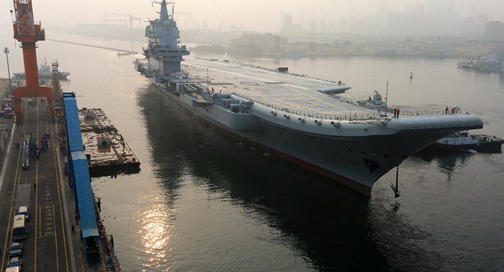 El primer portaviones construido en China zarpó del puerto de Dalian