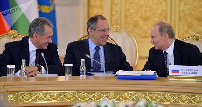 El ministro interino de Defensa, Serguéi Shoigú, el ministro interino de Exteriores, Serguéi Lavrov y el presidente de Rusia, Vladímir Putin
