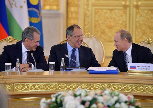 Vladímir Putin (dcha.), ministro de Defensa, Serguéi Shoigú y ministro de Exteriores, Serguéi Lavrov
