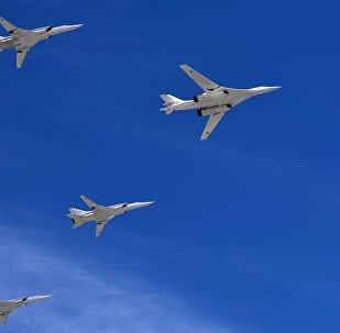 Un bombardero estratégico-portador de misiles Tu-160 y bombarderos-portadores de misiles de largo alcance Tu-22M3 en un desfile militar