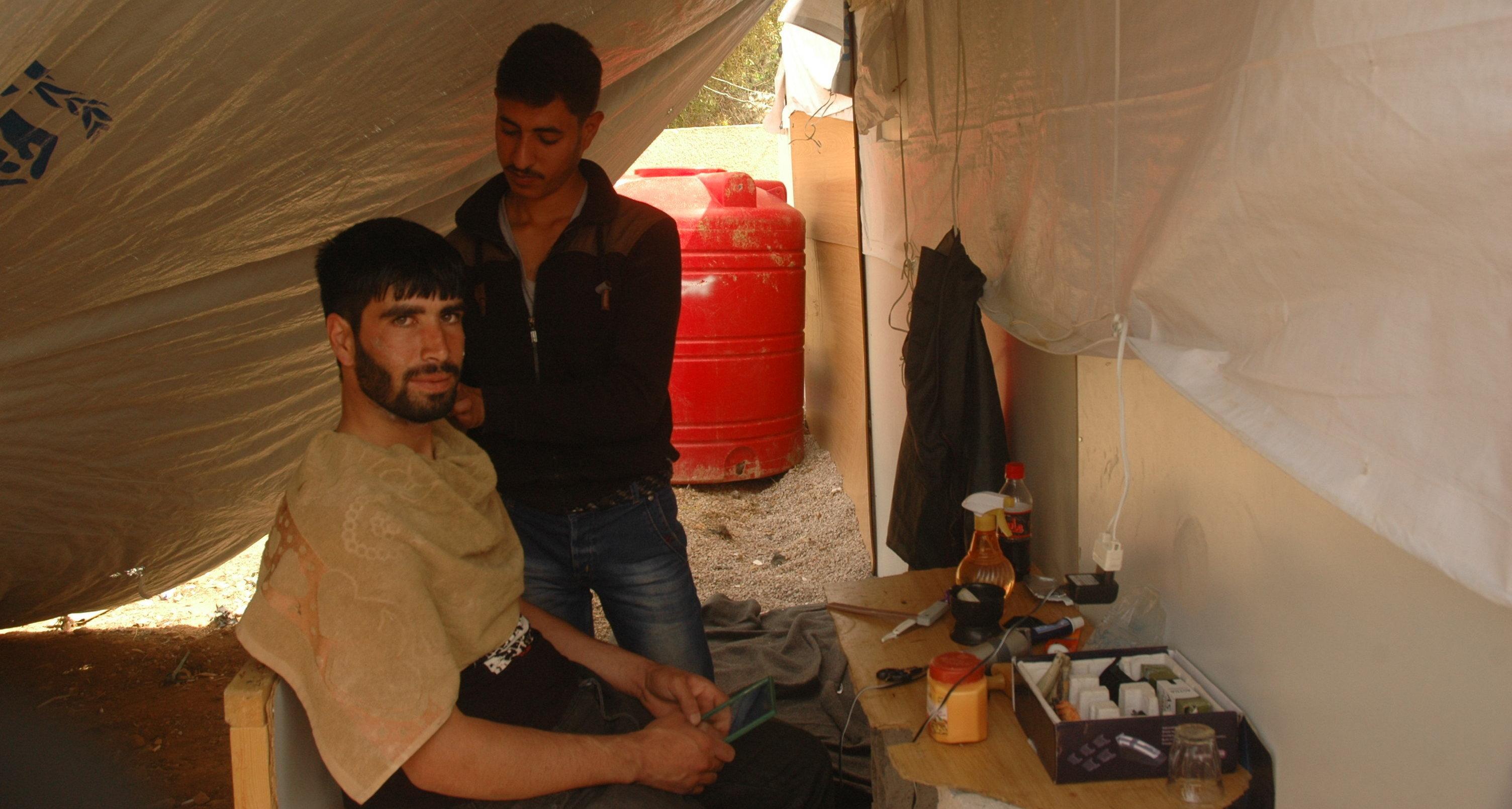 Peluquero en el campo de refugiados Ad Doueir, en la región de Damasco