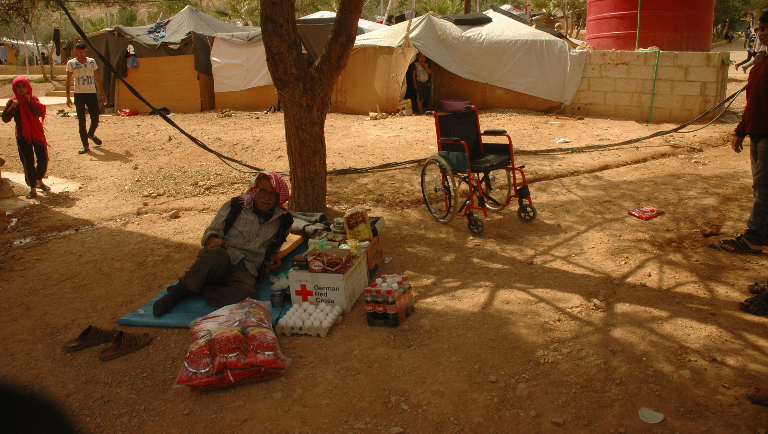 Con la falta de trabajo en el campo de refugiados Ad Doueir, no queda más que vender la ayuda humanitaria para poder pagar por los medicamentos