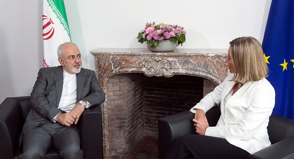 El canciller iraní, Mohamad Yavad Zarif, y la jefa de la diplomacia europea, Federica Mogherini