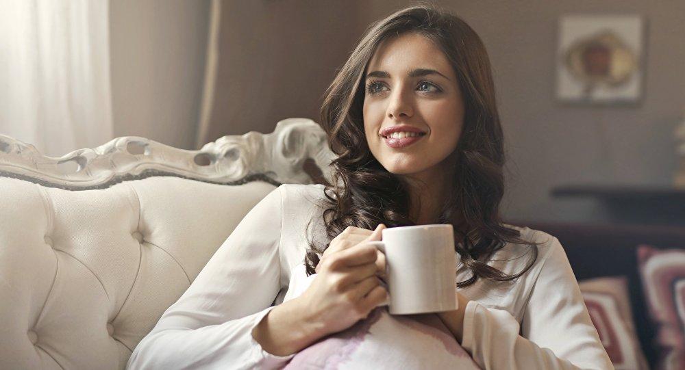 Una joven tomando café