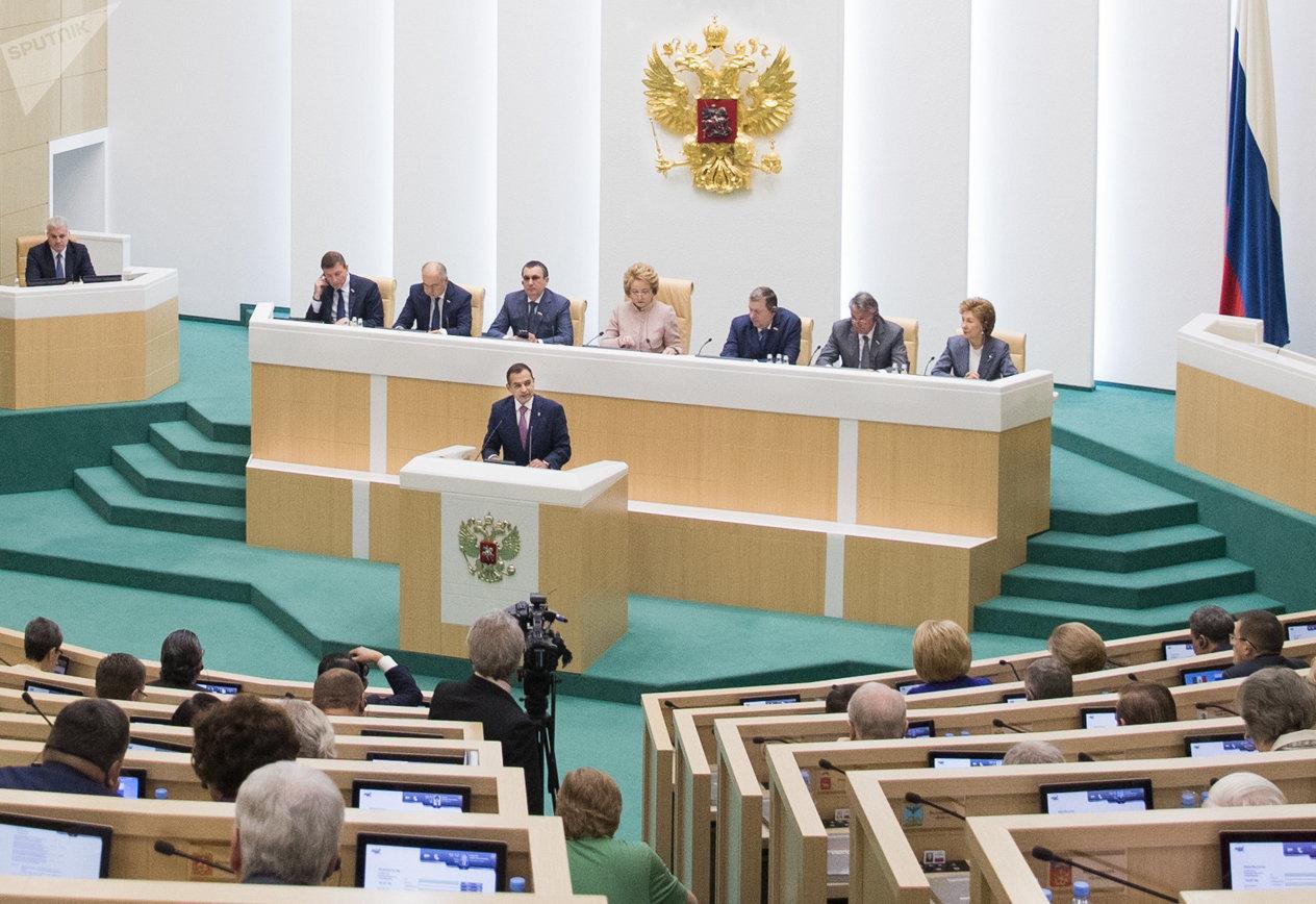 El presidente del Senado de México, Ernesto Cordero, da un discurso ante el pleno del Consejo de la Asamblea de la Federación Rusa