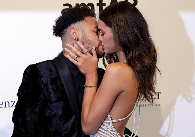 El futbolista brasileño Neymar y su novia, la actriz Bruna Marquezine