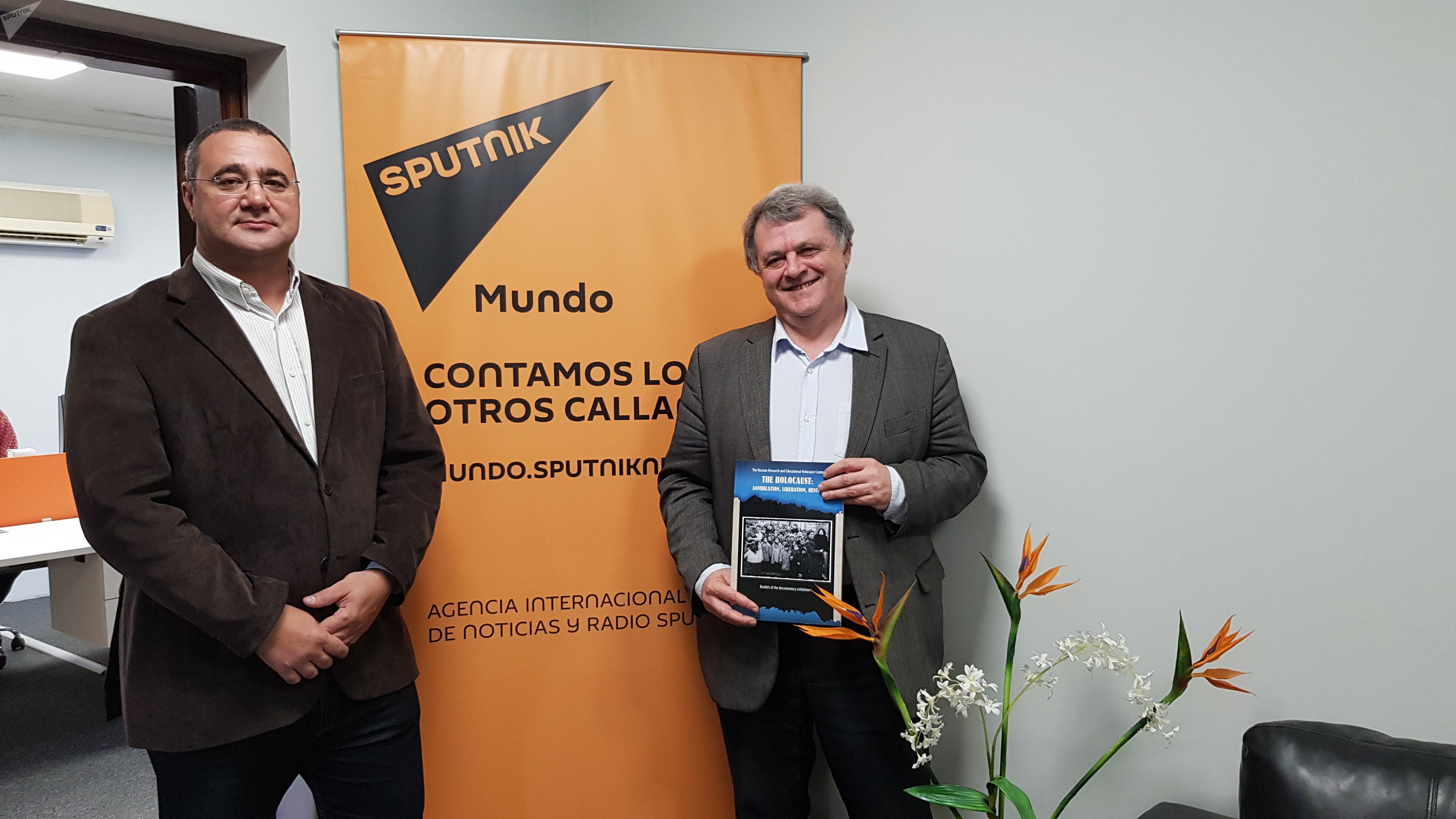 Ilya Altman con Oleg Vyazmitinov, director de la oficina de representación de Sputnik en Montevideo