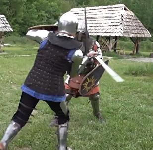 Una chica rusa lleva armadura medieval y pelea con espadas