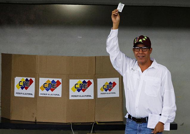 Candidato venezolano Henri Falcón ejerce su derecho al voto