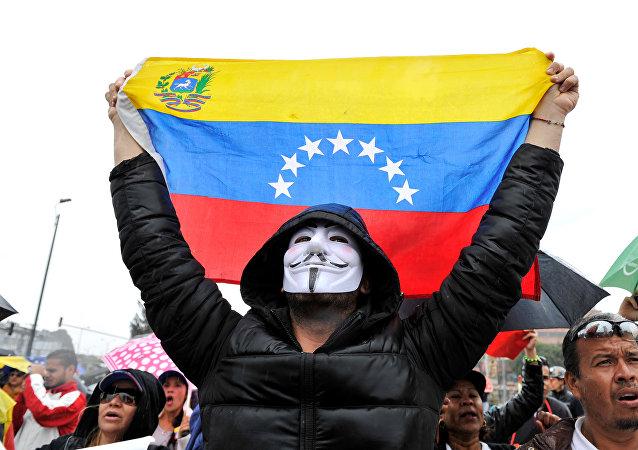 Los venezolanos residentes en Bogotá, Colombia, protestan contra las elecciones presidenciales de Venezuela