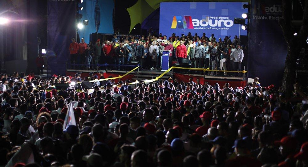 El presidente reelecto de Venezuela, Nicolás Maduro, junto con sus partidarios tras el anuncio de su victoria en los comicios del 20 de mayo