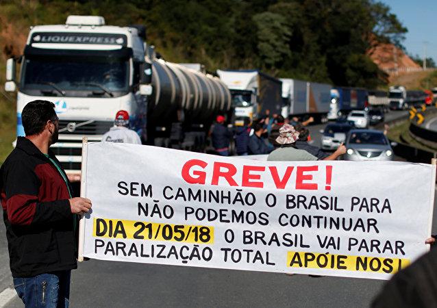 Camioneros de todo Brasil protestan contra el aumento del precio de los combustibles
