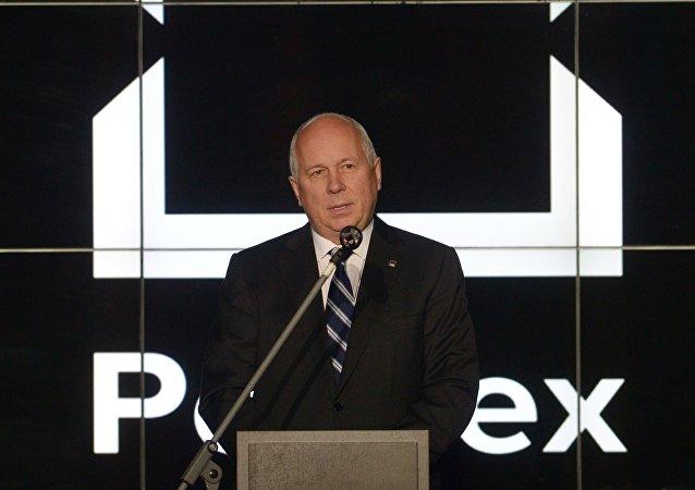 El director general del consorcio Rostec; Serguei Chémezov sobre el fondo del logo de la corporación