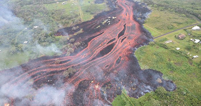 La lava fluye desde el volcán Kilauea, Hawái