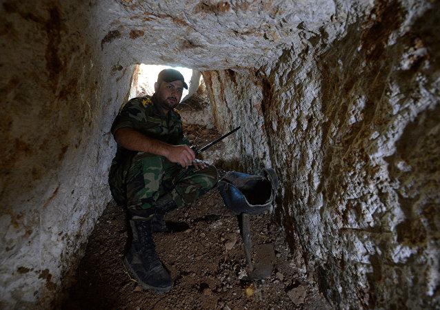 Un oficial del Ejército sirio muestra herramientas para cavar túneles en el área de Homs