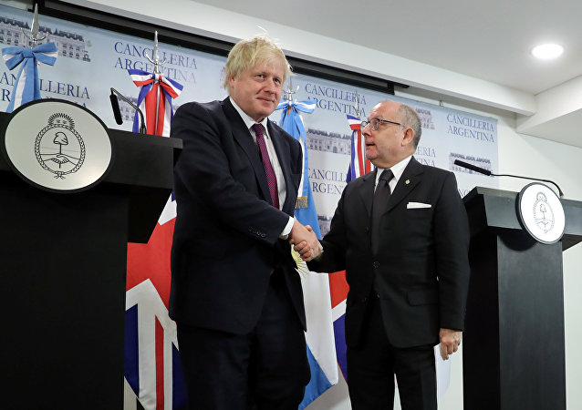 El Secretario de Asuntos Exteriores del Reino Unido, Boris Johnson, y el canciller argentino, Jorge Faurie