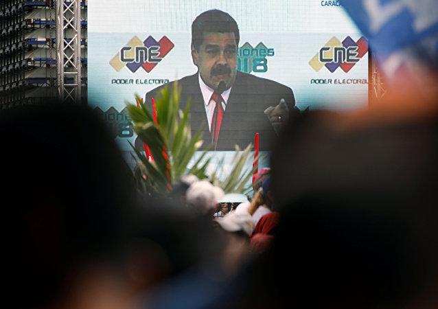 Nicolás Maduro, el presidente de venezuela, en una pantalla