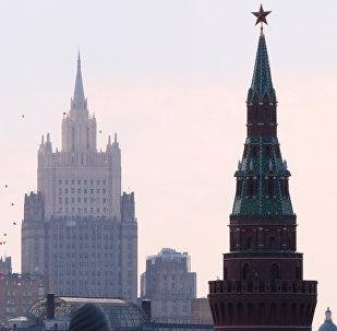 Una de las torres del Kremlin y el Ministerio de Asuntos Exteriores de Rusia (archivo)