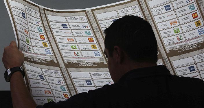 Un empleado inspecciona boletas electorales recientemente impresas para presidente en Talleres Graficos de México, la Ciudad de México