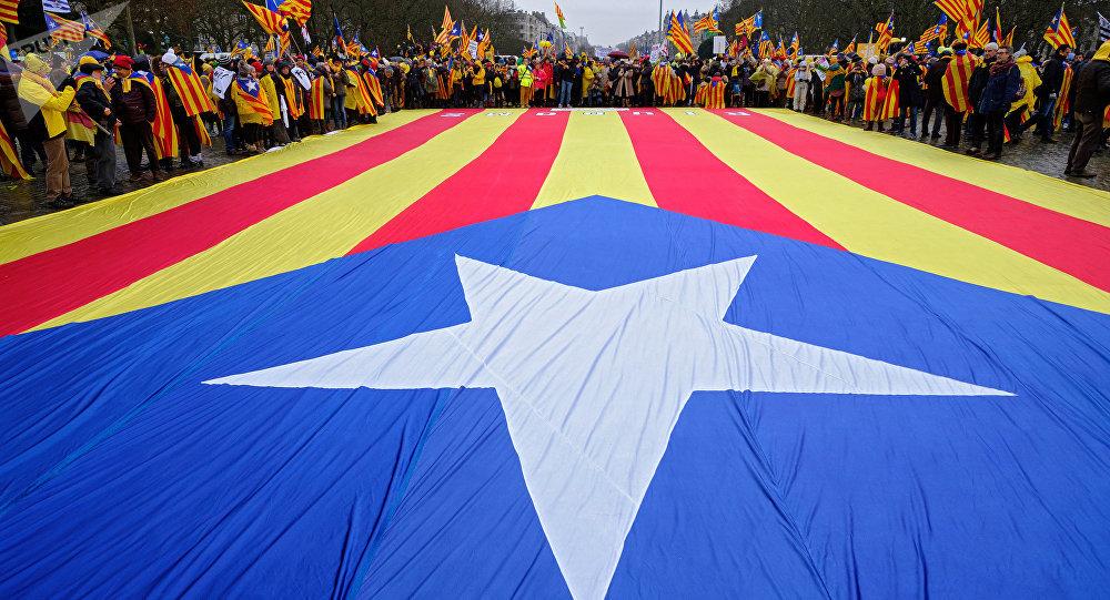 Manifestantes con la bandera independentista de Cataluña (archivo)