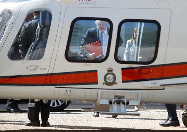 Boris Johnson, canciller del Reino Unido, se acerca a un helicóptero