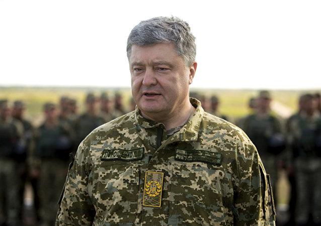 El presidente de Ucrania, Petró Poroshenko, en un campo de entrenamiento militar