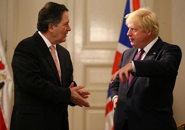 Roberto Ampuero, canciller de Chile, y Boris Johnson, canciller del Reino Unido