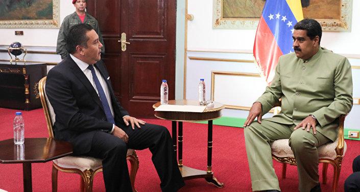 Excandidato opositor a la presidente de Venezuela, Javier Bertucci, y el jefe de Estado, Nicolás Maduro