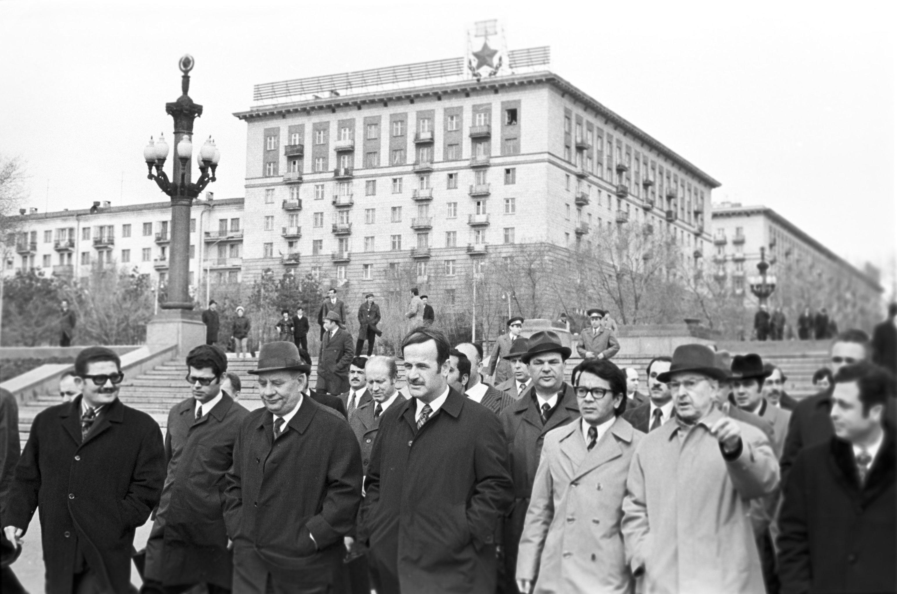 El presidente sirio Hafez Asad llega a la URSS como parte de una visita oficial