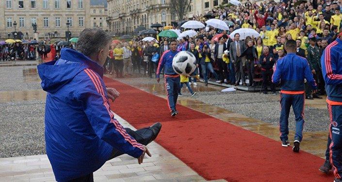 Presidente de Colombia, Juan Manuel Santos, despide a selección de fútbol que participará en el Mundial