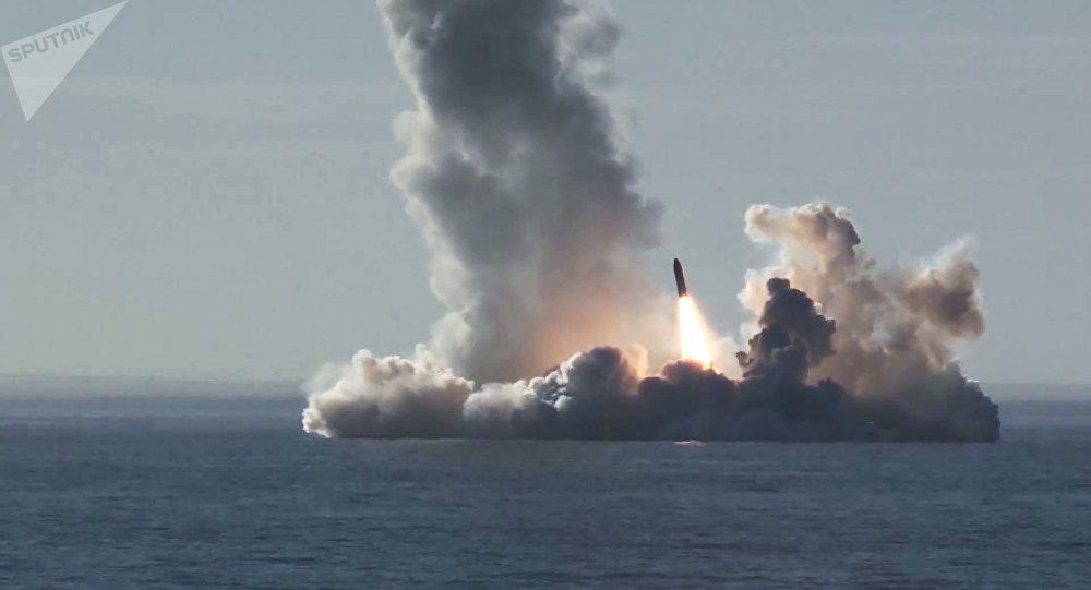Lanzamiento de cuatro misiles Bulava desde el submarino Yuri Dolgoruki de la clase Borei