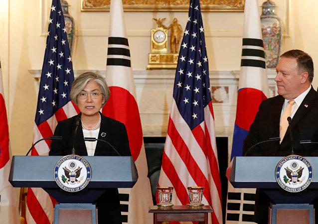 Ministra de Asuntos Exteriores de Corea del Sur, Kang Kyung-wha, y secretario de Estado de EEUU, Mike Pompeo