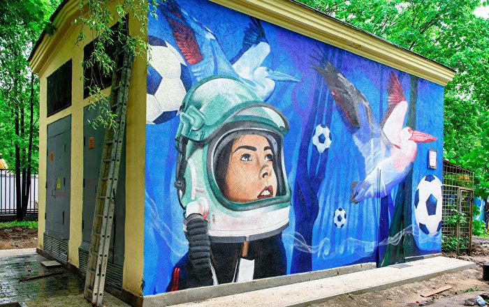 Cacatúas y fútbol espacial: descubre los grafitis más creativos, dedicados al Mundial de Rusia 2018