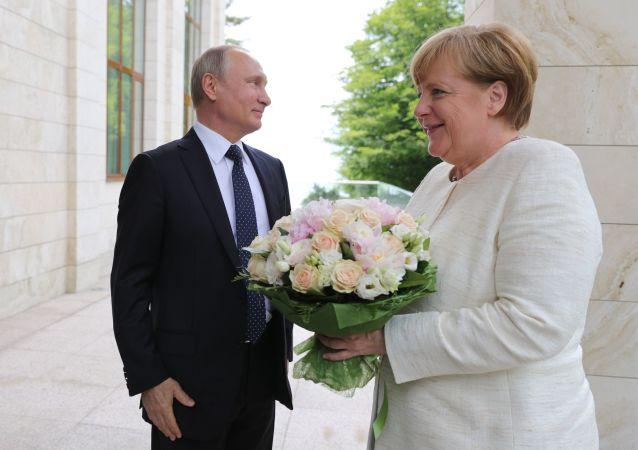Un ramo de flores para Merkel y un volcán en erupción: estas son las imágenes de la semana