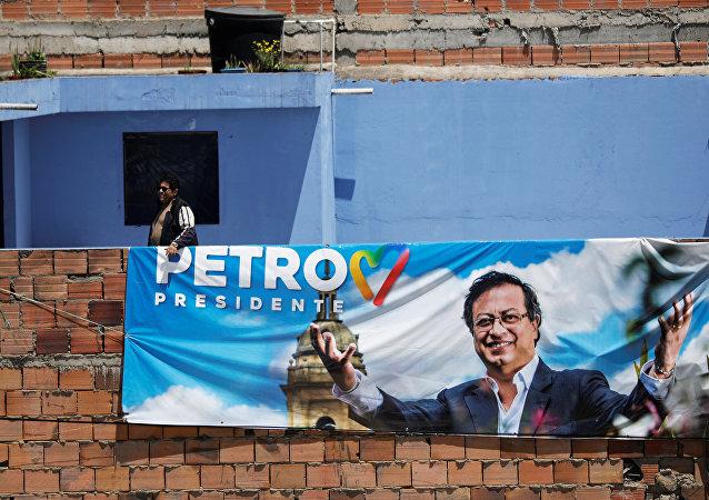Un cartel electoral con la foto de Gustavo Petro, candidato a la presidencia de Colombia