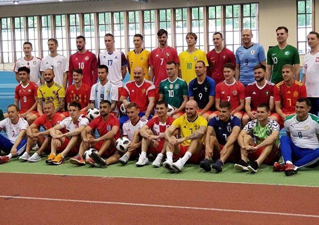 La selección rusa se pone las camisetas de los otros países del Mundial